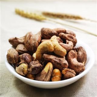 越南平阳碳烧八婆腰果仁毛重410g罐装带皮盐焗熟坚果